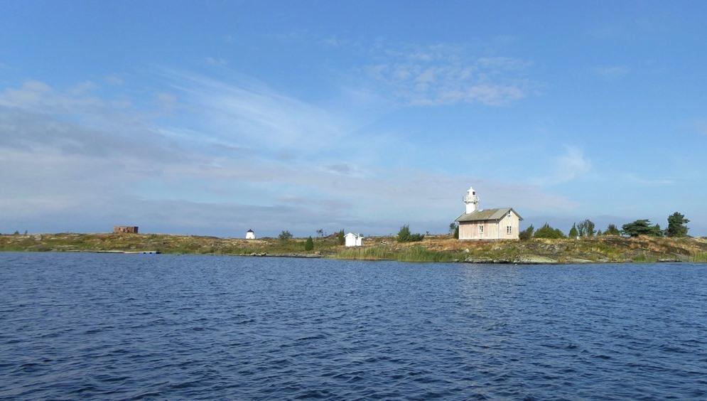 När man närmar sig Gunnarsholmen med båt framträder återigen byggnader och gamla ruiner  på ön.