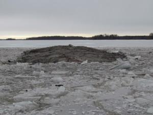 En större sten sticker upp centralt på den östra ön.